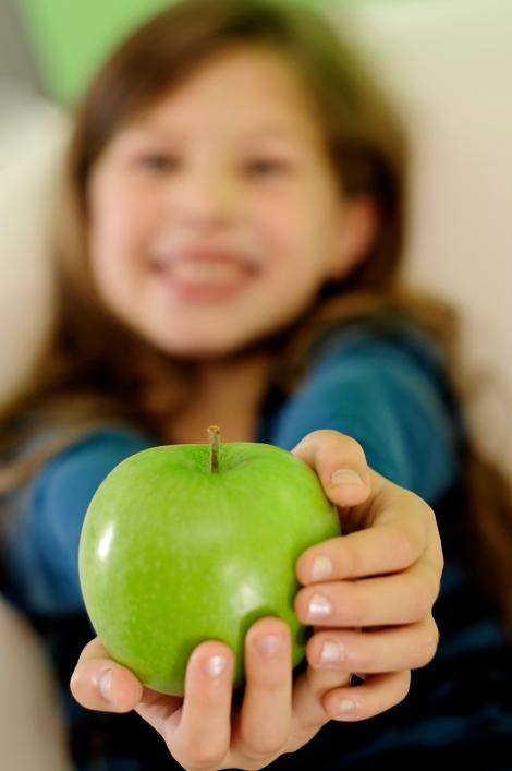 Zahnarztpraxis Dr. Jana Schutte I Kind mit Apfel